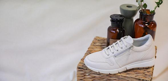 Zapatillas deportivas de mujer D JAYSEN Geox de color negro con efecto pitón.